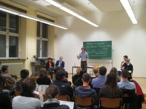 Interessierte Studenten lassen sich die Regeln der Tübinger Debatte erklären