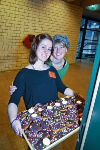 Sarah und Anna vom Helferteam sorgen bestens für Verpflegung